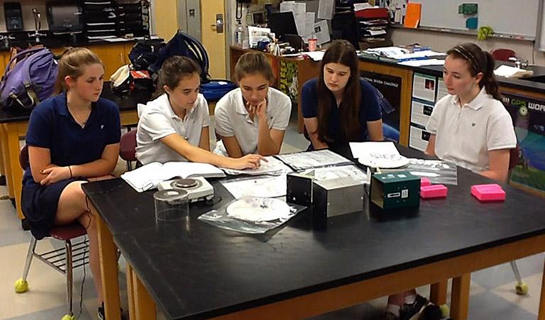 Duquesnay students examining