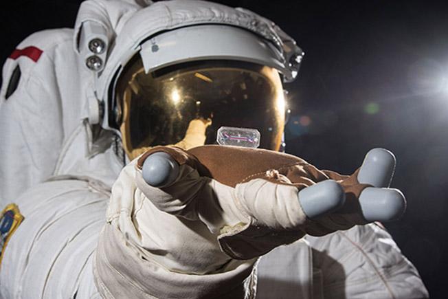 tissue chip astronaut hand2