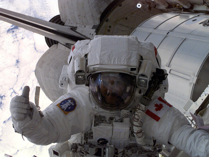 chris hadfield thumbsup spacewalk