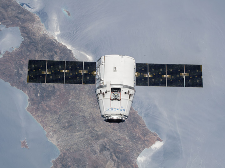 dragon17 approaches station
