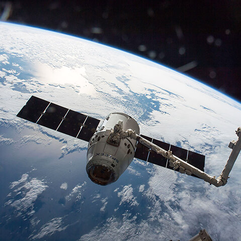 spacex 8 dragon docks to iss canadarm square