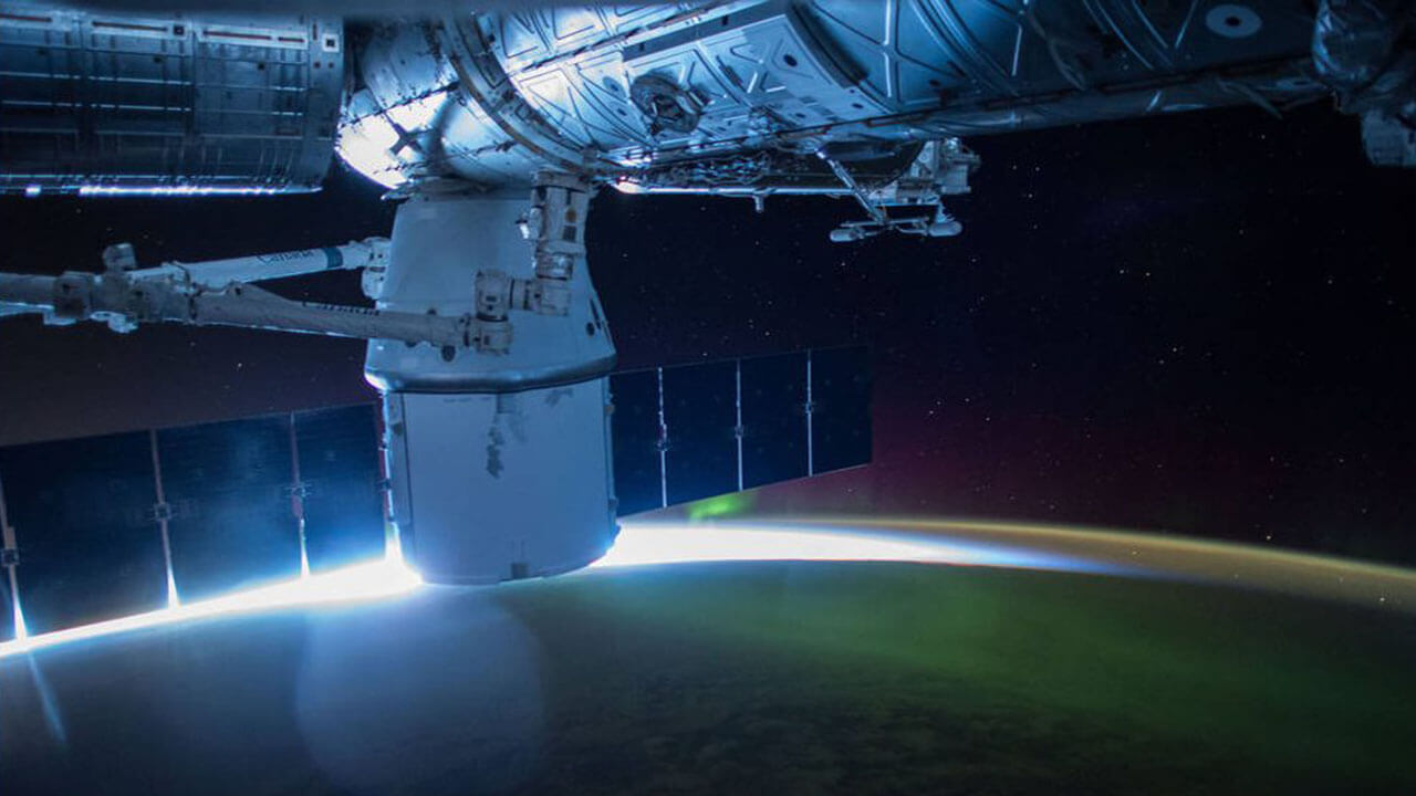 spacex dragon over earth aurora